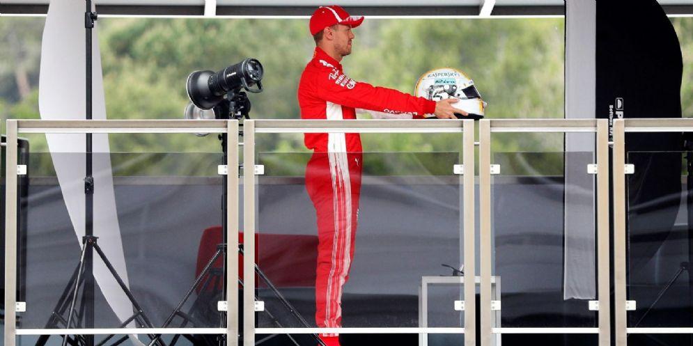 Sebastian Vettel davanti agli obiettivi dei fotografi alla vigilia del GP di Spagna di F1 a Barcellona