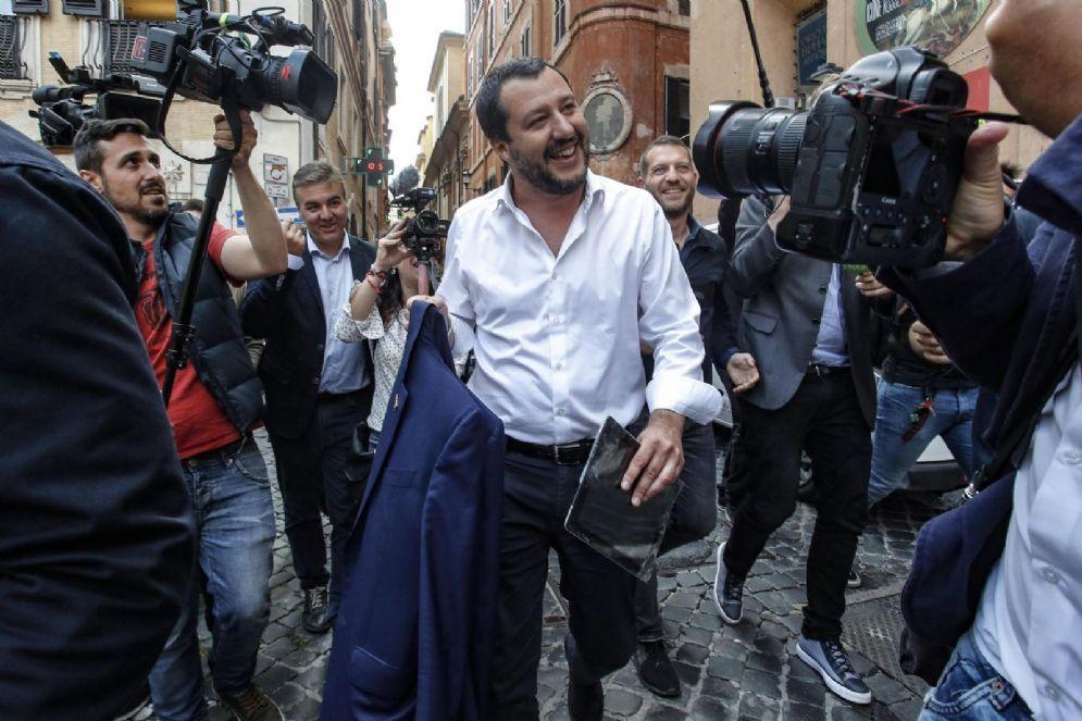 Il leader della Lega Matteo Salvini raggiante dopo l'incontro con Luigi Di Maio