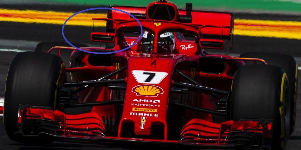 Gli specchietti montati sull'halo (nel cerchietto) sulla Ferrari di Kimi Raikkonen in pista a Barcellona