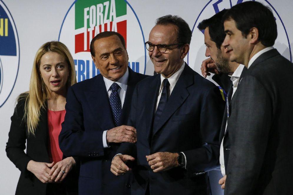 Meloni, Berlusconi, Parisi, Salvini e Fitto durante l'ultima campagna elettorale