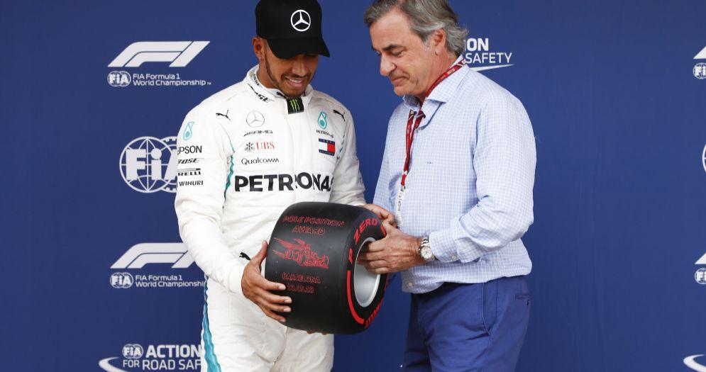 Lewis Hamilton riceve dal campione di rally Carlos Sainz il premio per la pole position nel GP di Spagna di F1
