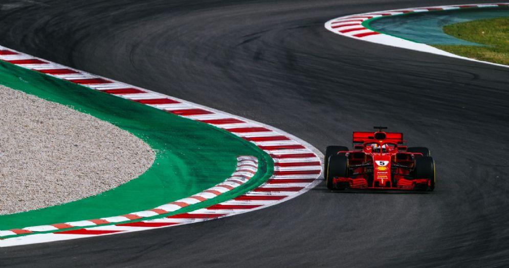 Sebastian Vettel al volante della sua Ferrari durante i test della F1 a Barcellona