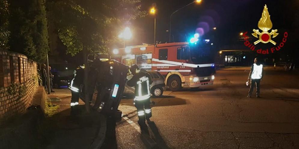 Incidente nella notte, auto si ribalta: uomo rimane incastrato