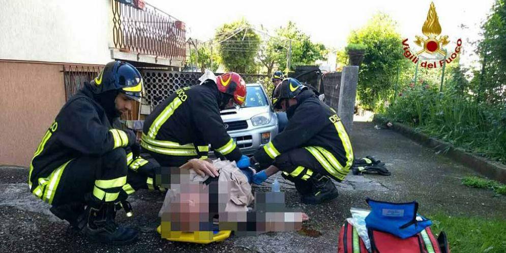 Dimentica il freno a mano: autista travolto e schiacciato