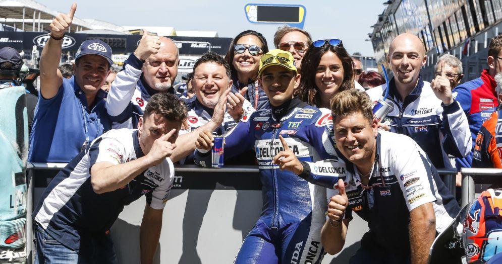 Jorge Martin festeggia la pole position nel GP di Francia di Moto3 a Le Mans