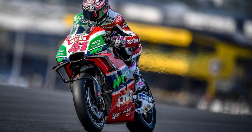 Aleix Espargaro in sella alla Aprilia durante le qualifiche del GP di Francia della MotoGP a Le Mans
