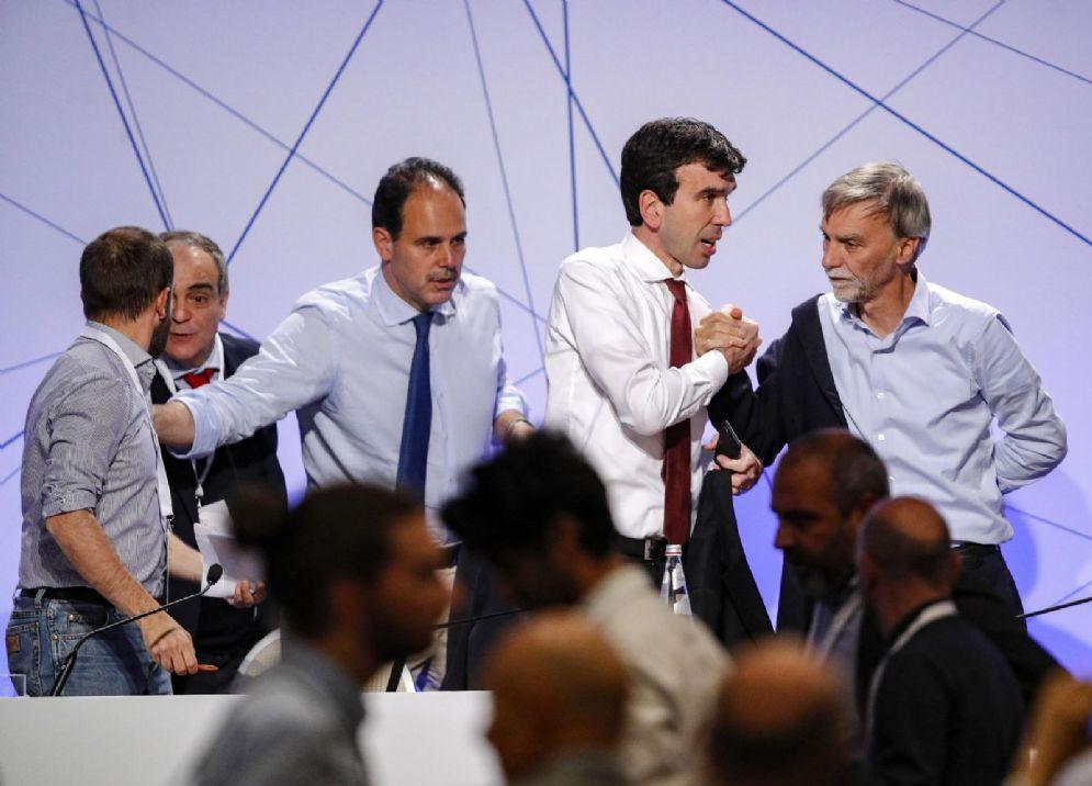 Il Pd si divide, Martina resta reggente: la linea Renzi passa tra fischi
