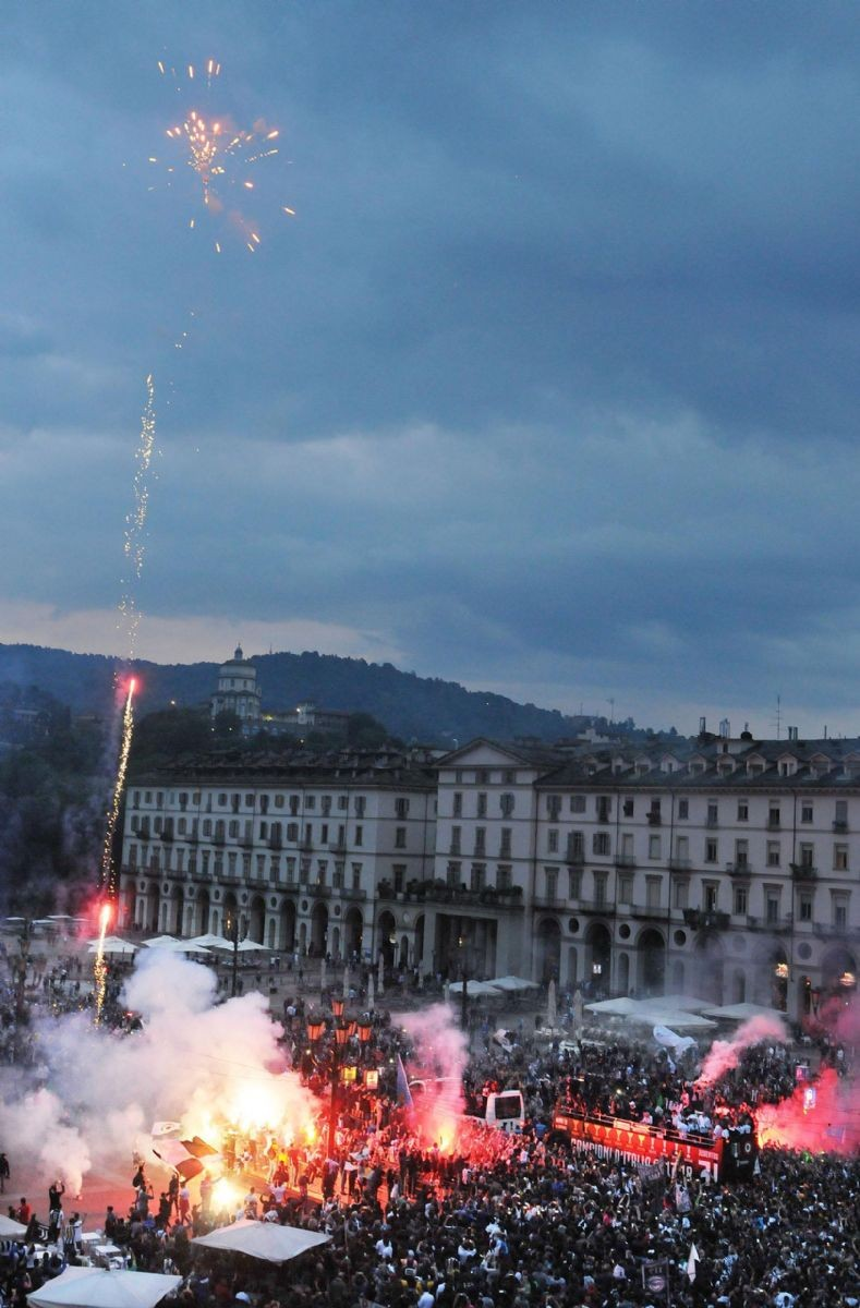 Delirio Juve, Torino si tinge di bianconero: le immagini della festa scudetto