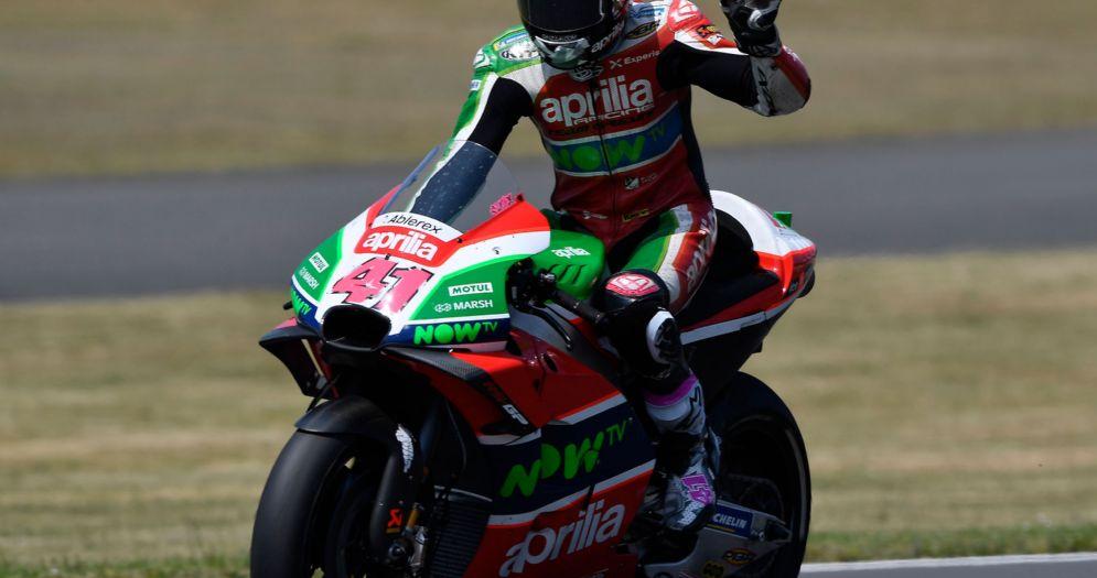 Aleix Espargaro a braccia alzate sulla sua Aprilia al termine del GP di Francia di MotoGP a Le Mans