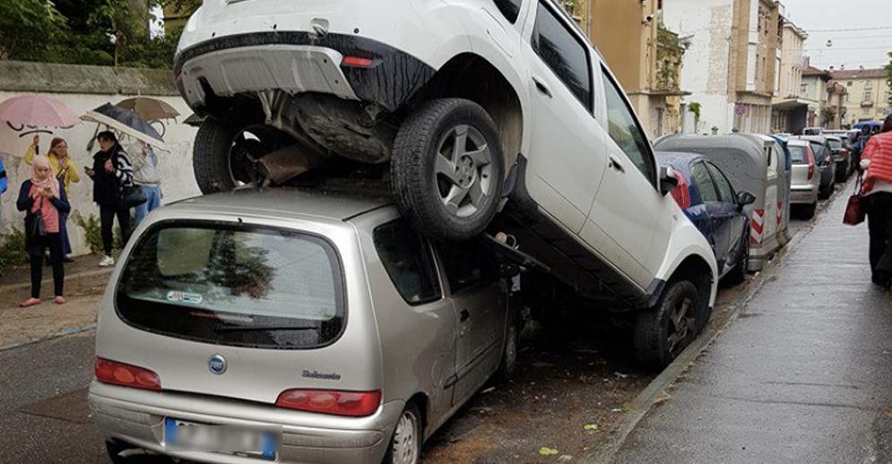 L'auto incastrata sotto l'altra