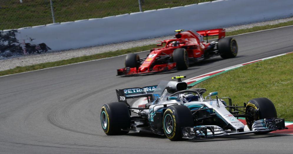 La Mercedes di Valtteri Bottas davanti alla Ferrari di Kimi Raikkonen durante il GP di Spagna di F1 a Barcellona