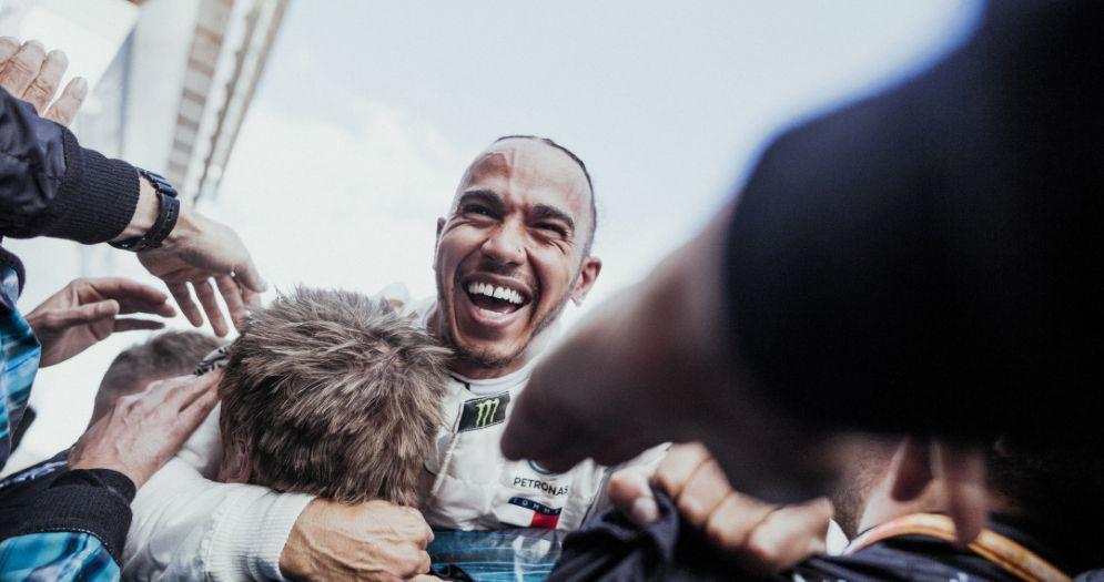 Lewis Hamilton festeggia con il team Mercedes la vittoria nel GP di Spagna di F1 a Barcellona
