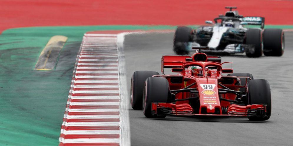 La Ferrari di Antonio Giovinazzi davanti alla Mercedes di Valtteri Bottas nei test di F1 a Barcellona