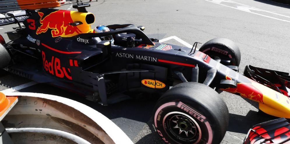 La Red Bull di Daniel Ricciardo in pista nelle prove libere del GP di Montecarlo di F1