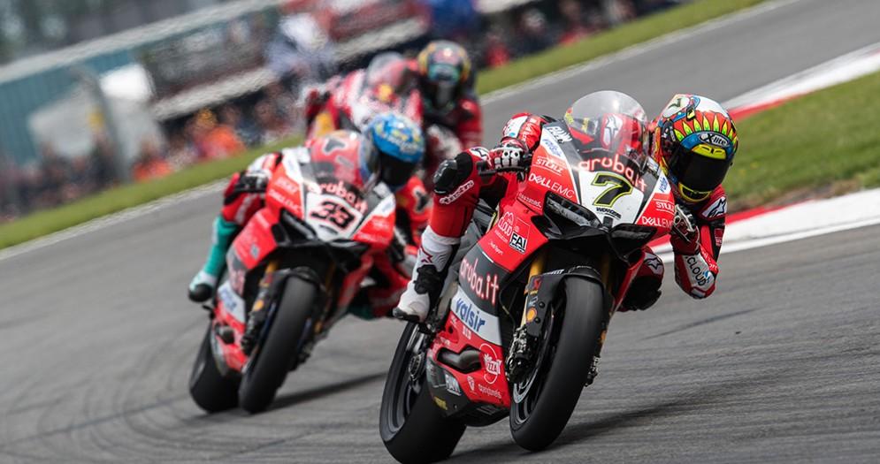 Le Ducati di Chaz Davies e Marco Melandri in pista in gara-1 della Superbike a Donington