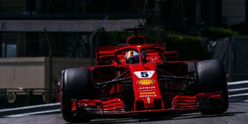 La Ferrari di Sebastian Vettel in pista durante le qualifiche del GP di Montecarlo di F1
