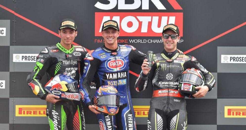 Il podio di gara-2 della Superbike a Donington: Michael van der Mark, Toprak Razgatlioglu e Jonathan Rea