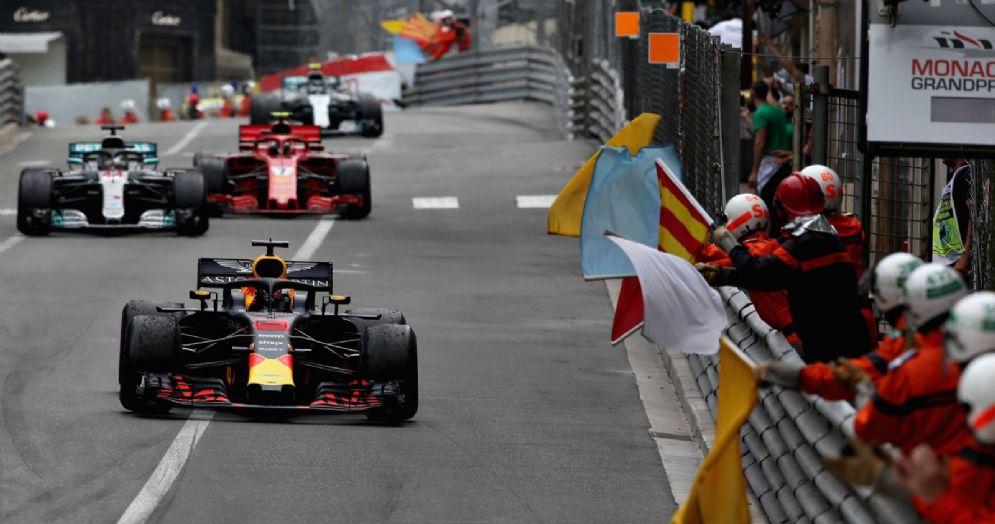 La Red Bull di Daniel Ricciardo davanti alle Mercedes e alle Ferrari nel GP di Montecarlo di F1