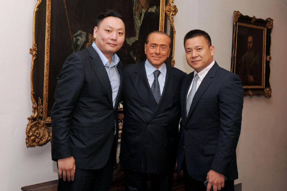 Silvio Berlusconi posa con Han Li e Yonghong Li