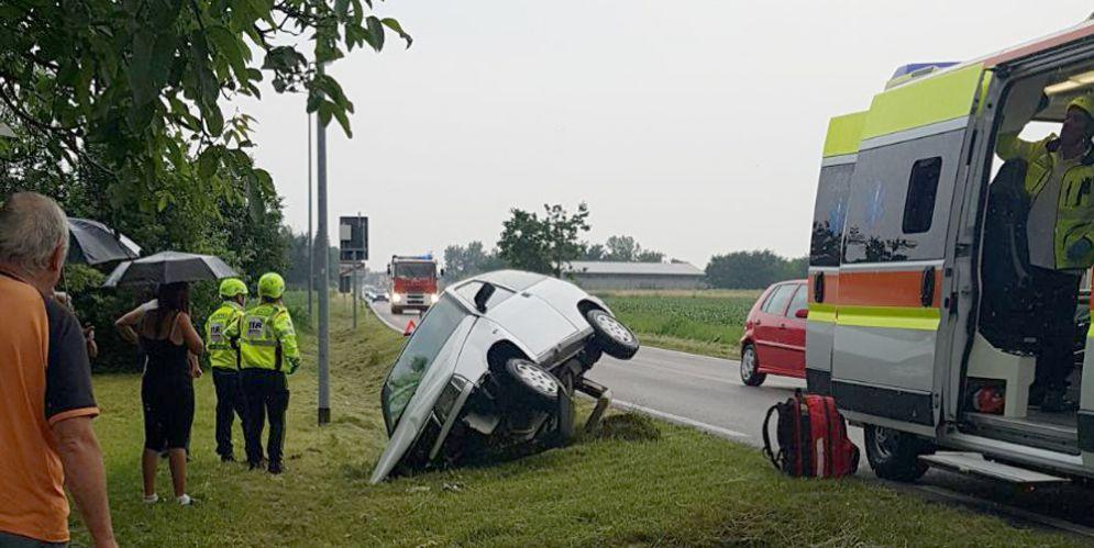 Esce di strada e finisce nel fossato: traumi multipli per la persona al volante