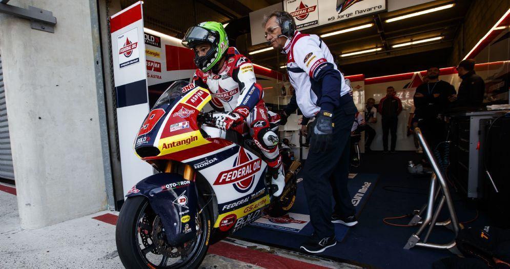 Jorge Navarro esce dai box in sella alla moto del team Gresini Moto2