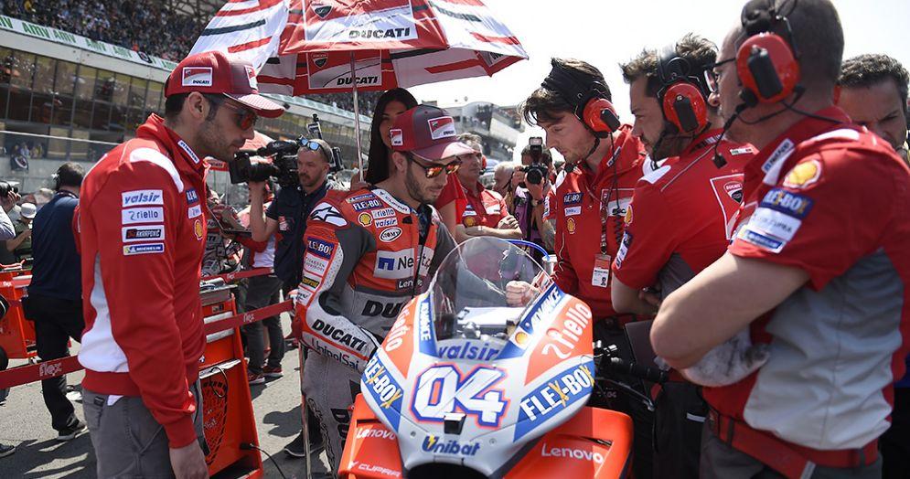 Andrea Dovizioso in sella alla Ducati sulla griglia di partenza