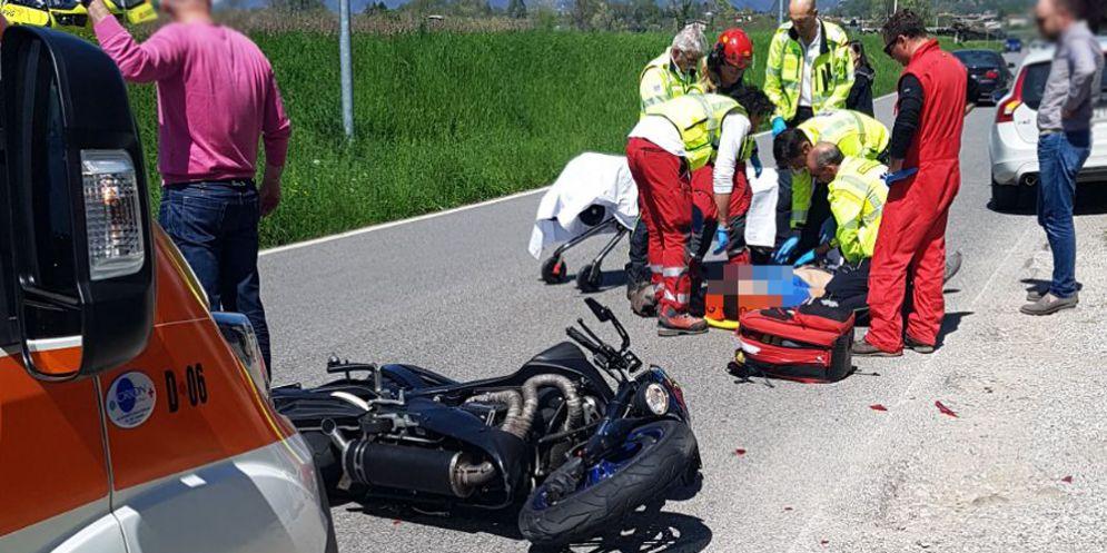 Scontro tra due moto: centauro finisce all'ospedale
