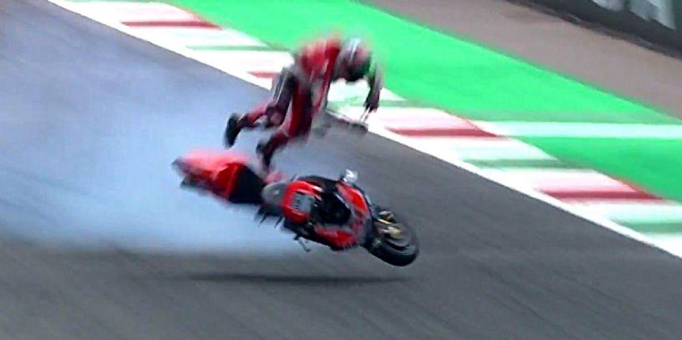 Il pauroso volo di Michele Pirro dalla sua Ducati in fondo al rettilineo del Mugello