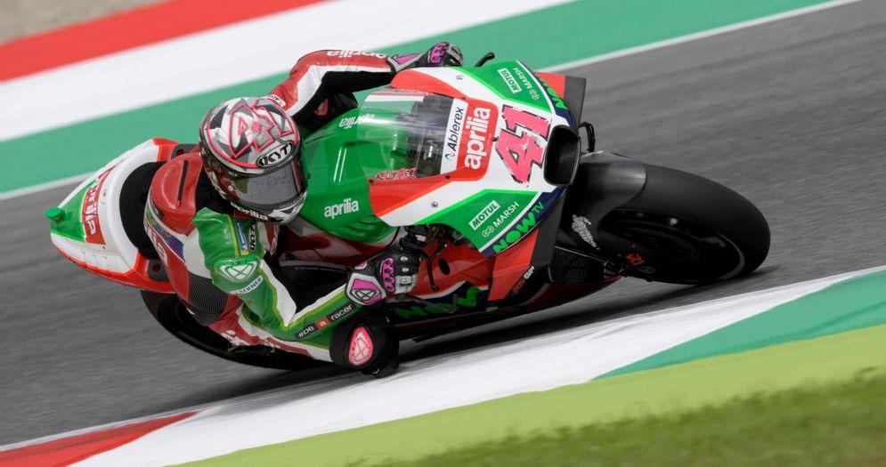 Aleix Espargaro in sella alla Aprilia durante le prove libere del GP del Mugello di MotoGP