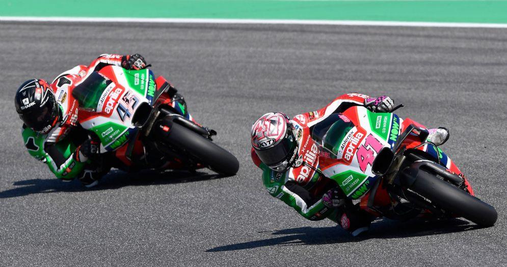Le due Aprilia di Aleix Espargaro e Scott Redding in azione nel GP del Mugello di MotoGP