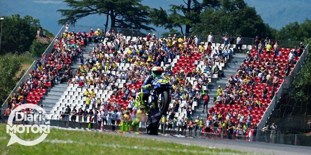 Valentino Rossi festeggia la pole impennando davanti ai suoi tifosi nel GP del Mugello di MotoGP