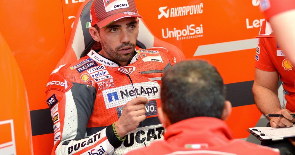 Michele Pirro nel box della Ducati al GP del Mugello di MotoGP