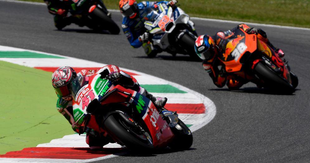 Aleix Espargaro in sella alla Aprilia durante il GP del Mugello di MotoGP