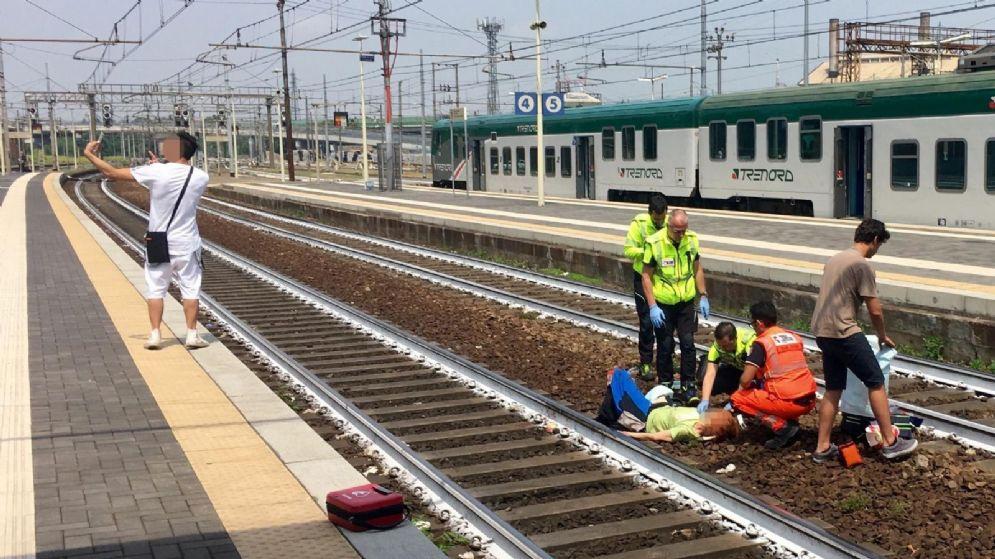 Piacenza, si fa un selfie davanti ad una donna appena investita da un treno