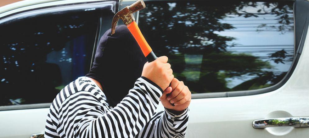 Con un martello cerca di aprire la portiera di un'auto in sosta: topo d'auto «beccato» in via Toscanini