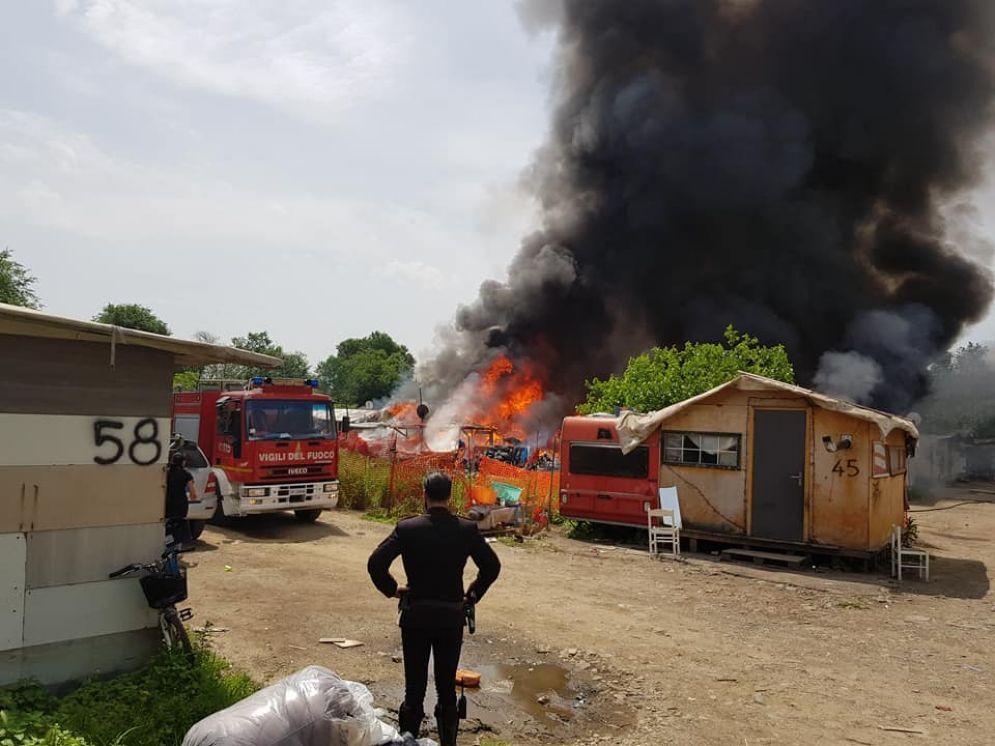 L'incendio del campo nomadi di corso Tazzoli delle scorse settimane