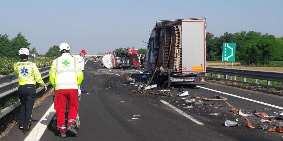Camion si ribalta in autostrada: chiuso tratto tra Villesse e Palmanova