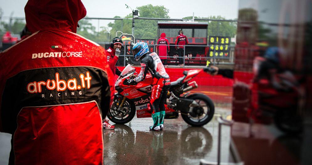 Marco Melandri con la sua Ducati in corsia dei box