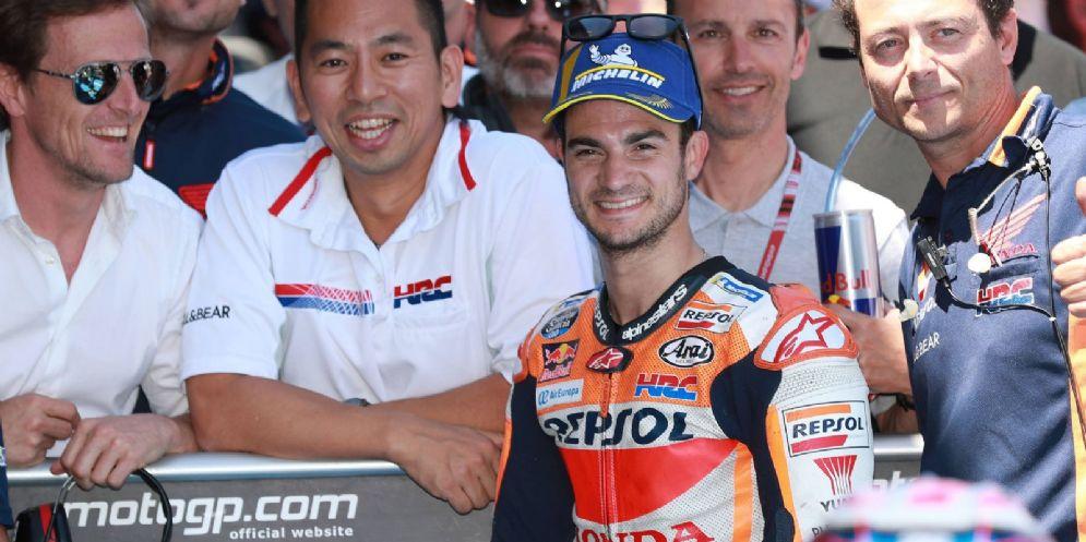 Dani Pedrosa con gli uomini della Honda
