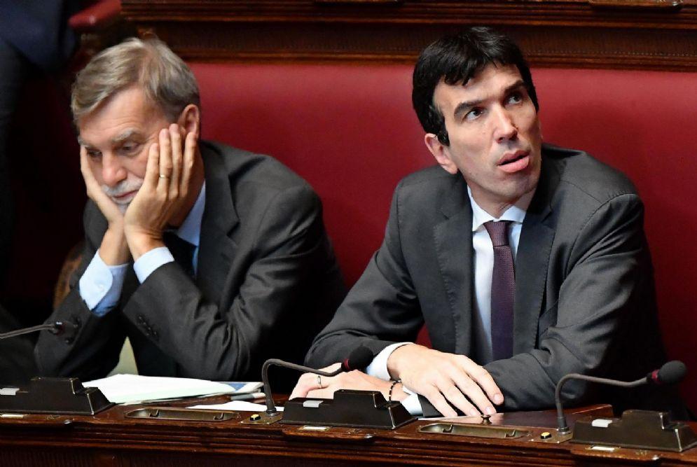 I deputati del Pd, Martina e Delrio, durante il voto di fiducia al nuovo Governo
