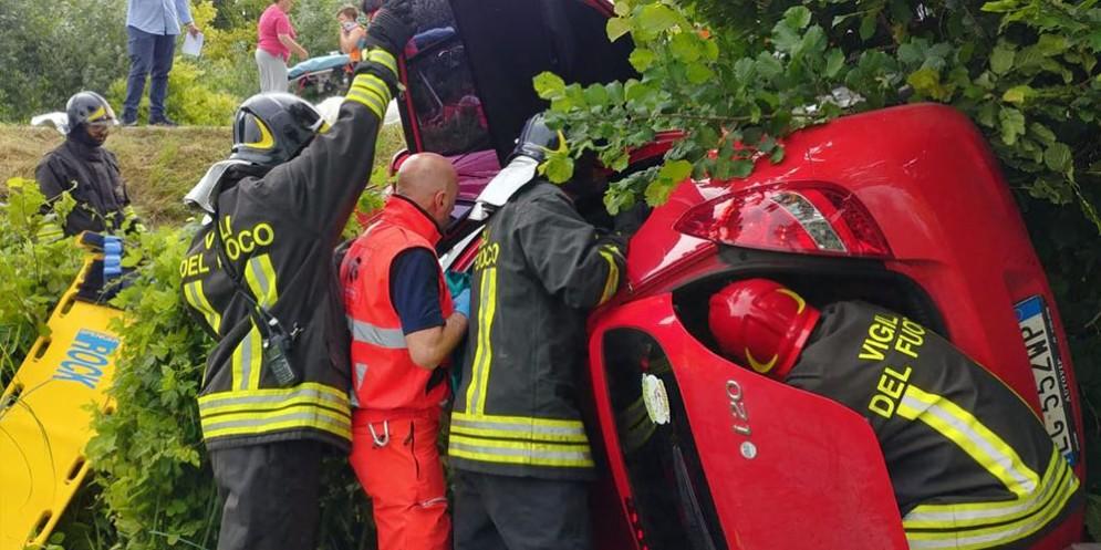 Madre e figlio si ribaltano con l'auto e finiscono nel fosso: feriti gravi