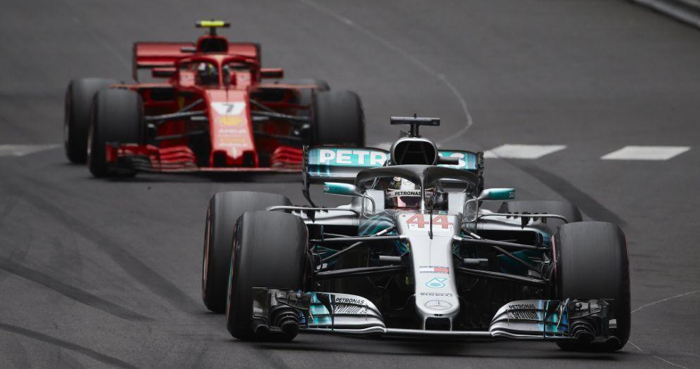 La Mercedes di Lewis Hamilton davanti alla Ferrari di Kimi Raikkonen nel GP di Montecarlo di Formula 1