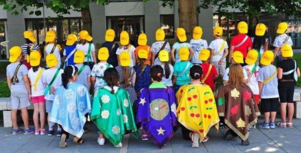 Foto di classe 'di schiena' per aggirare il divieto della dirigente scolastica