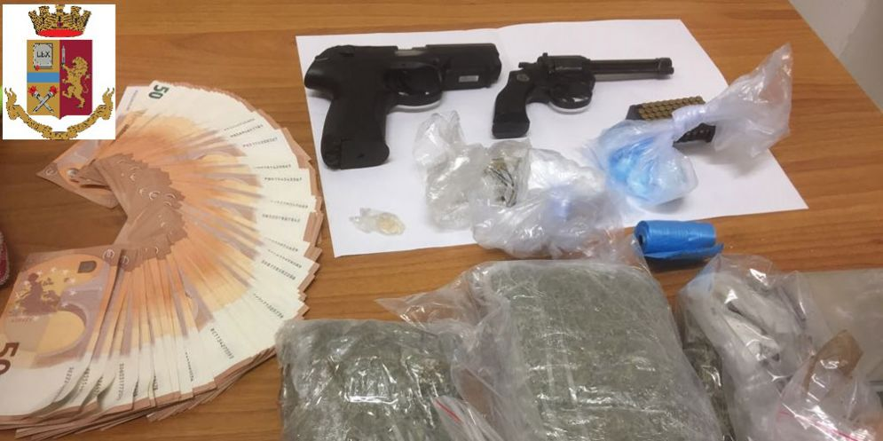Cocaina, marijuana, ecstasy e due pistole: la polizia arresta un 26enne