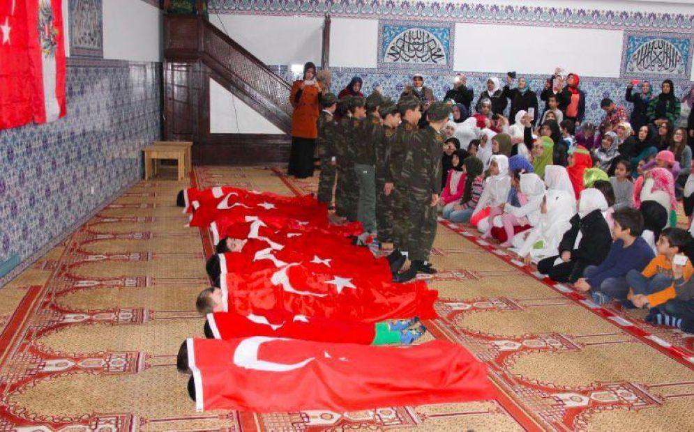 Bambini travestiti da soldati durante una recita in una moschea