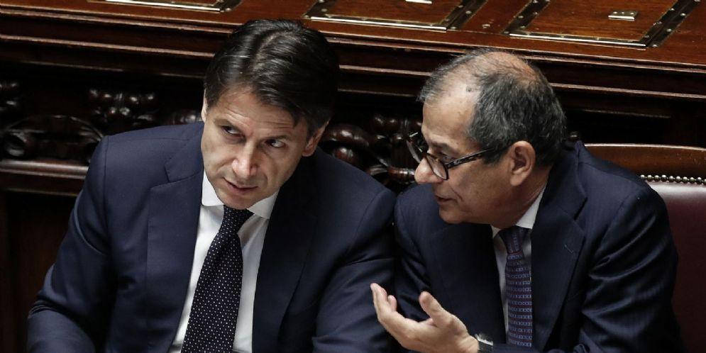 Il ministro dell'Economia Giovanni Tria con il premier Giuseppe Conte