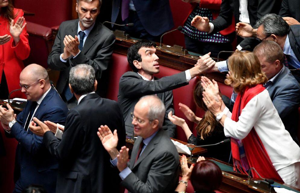 Il segretario reggente del Pd, Maurizio Martina con i colleghi di partito