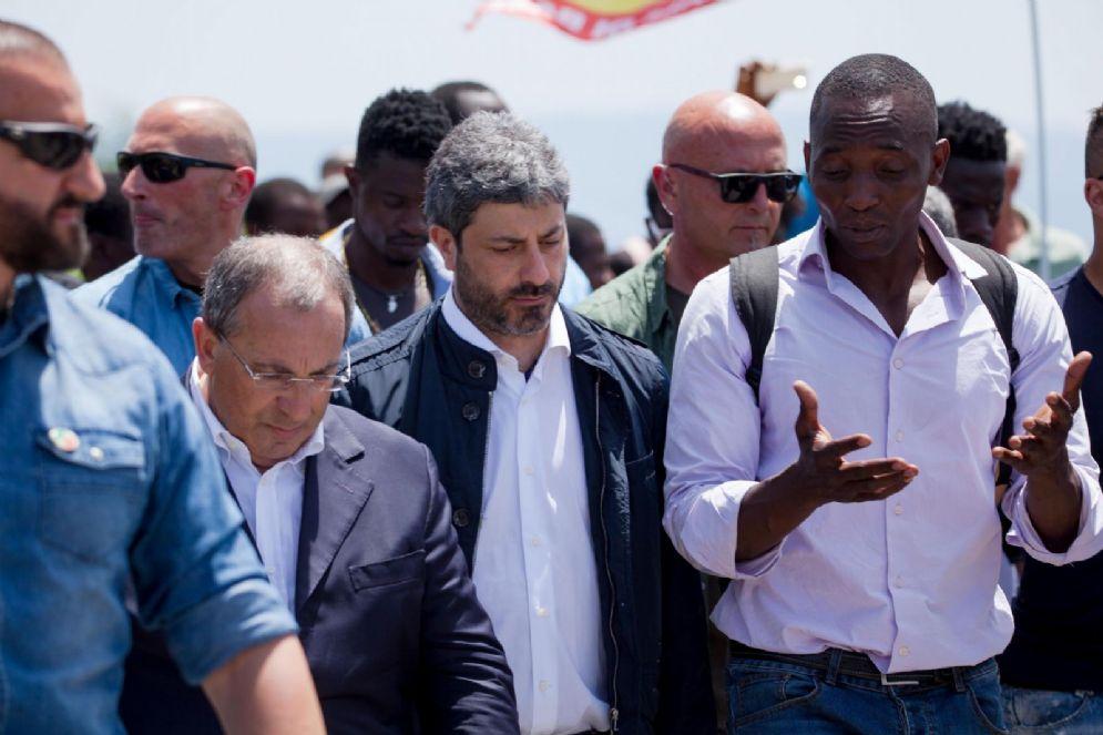 Il presidente della Camera Roberto Fico insieme al sindacalista USB Aboubakar Soumahoro durante la visita nella tendopoli di San Ferdinando a Reggio Calabria