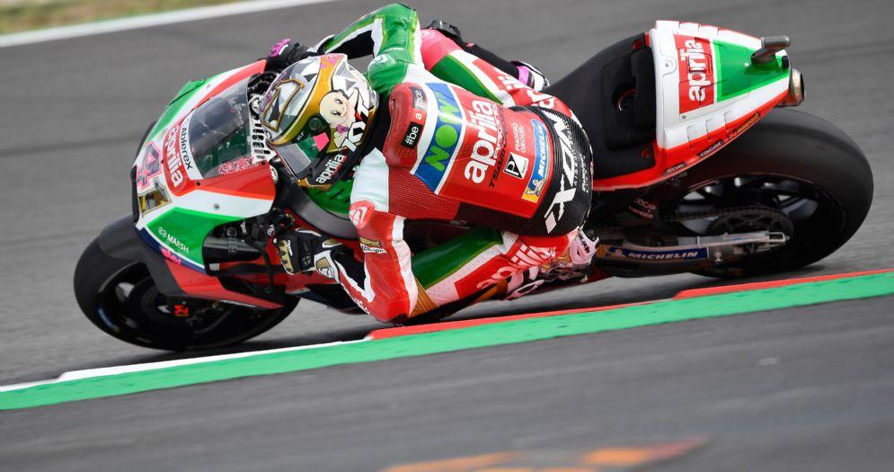 Aleix Espargaro in sella alla Aprilia durante le prove libere del GP di Catalogna di MotoGP a Barcellona