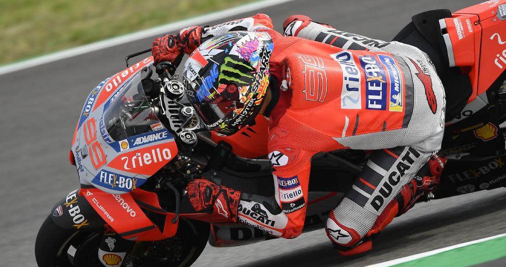 Jorge Lorenzo in sella alla sua Ducati nelle prove libere GP di Catalogna di MotoGP a Barcellona